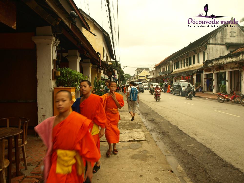 moines bouddhistes luang prabang