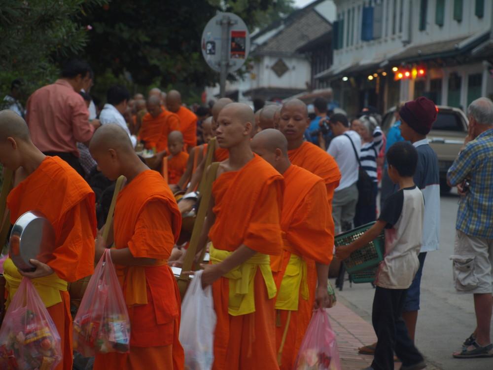 moines bouddhistes tak bat