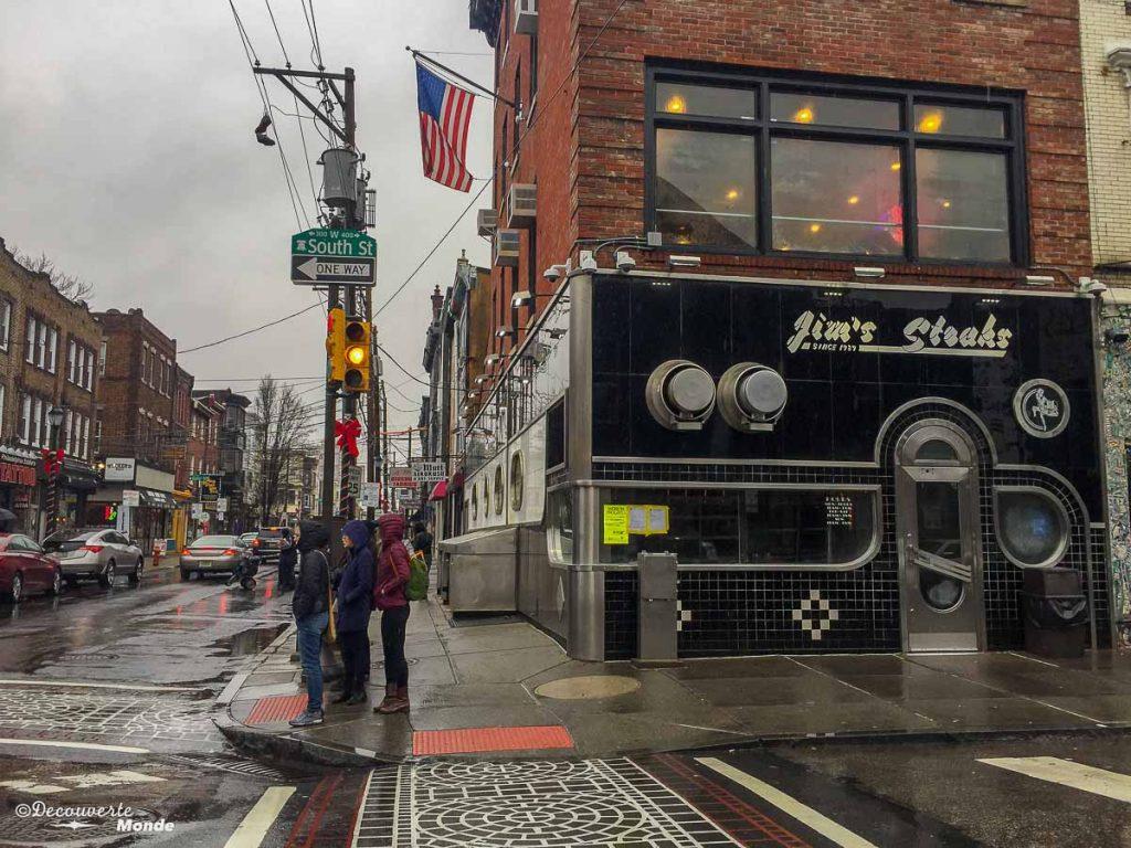 Que faire à Philadelphie et visiter en 10 coups de coeur. Ici au Jim's steaks. Retrouvez l'article ici: https://www.decouvertemonde.com/quoi-faire-a-philadelphie-visiter