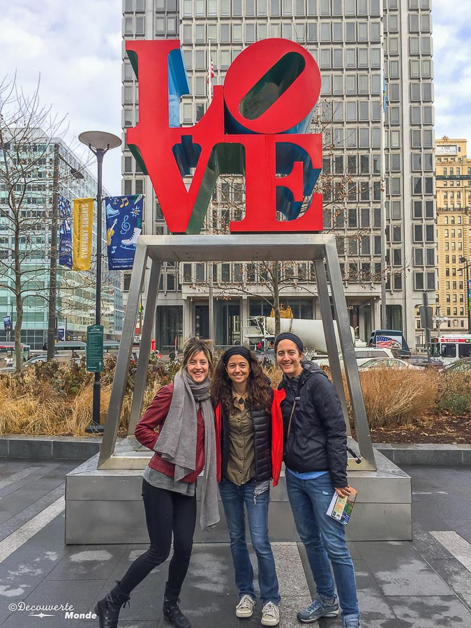 Que faire à Philadelphie et visiter en 10 coups de coeur. Ici la statue LOVE, icône de Philadelphie. Retrouvez l'article ici: https://www.decouvertemonde.com/quoi-faire-a-philadelphie-visiter