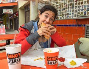 Quoi faire à Philadelphie et visiter en 10 coups de coeur. Ici en train de manger un cheesesteak au Geno's steaks. Retrouvez l'article ici: https://www.decouvertemonde.com/quoi-faire-a-philadelphie-visiter