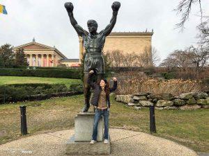 Quoi faire à Philadelphie et visiter en 10 coups de coeur. Ici avec la statue de Rocky. Retrouvez l'article ici: https://www.decouvertemonde.com/quoi-faire-a-philadelphie-visiter