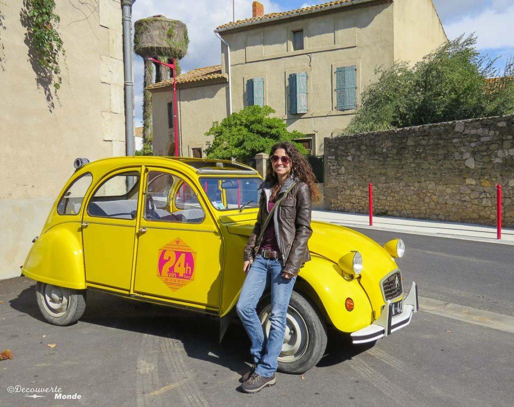 Visiter l'Aude pays Cathare en 7 idées de choses à faire. Ici moi devant un 2cv. Retrouvez l'article ici: https://www.decouvertemonde.com/visiter-l-aude-pays-cathare