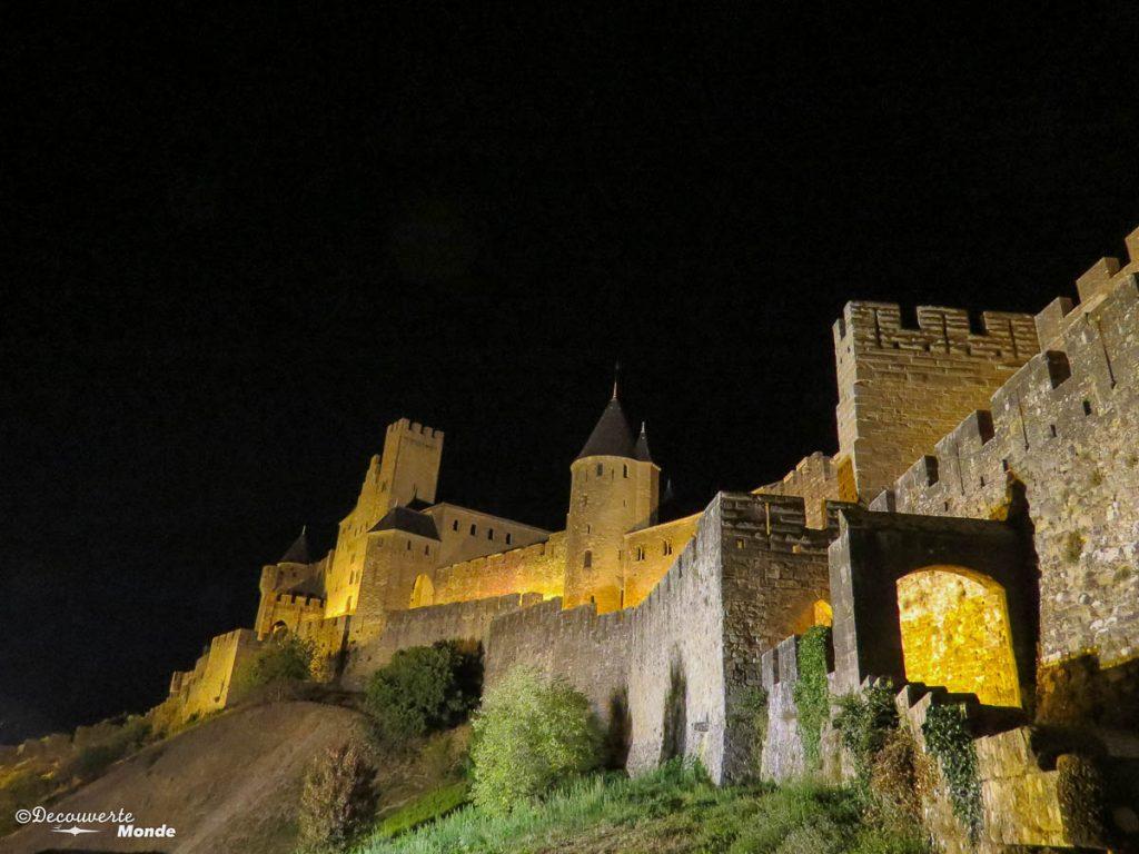 Visiter l'Aude pays Cathare en 7 idées de choses à faire. Ici la cité de Carcassonne de nuit. Retrouvez l'article ici: https://www.decouvertemonde.com/visiter-l-aude-pays-cathare