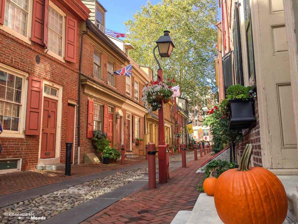 Quoi faire à Philadelphie et visiter en 10 coups de coeur. Ici la plus vielle rue Elfreth's Alley. Retrouvez l'article ici: https://www.decouvertemonde.com/quoi-faire-a-philadelphie-visiter