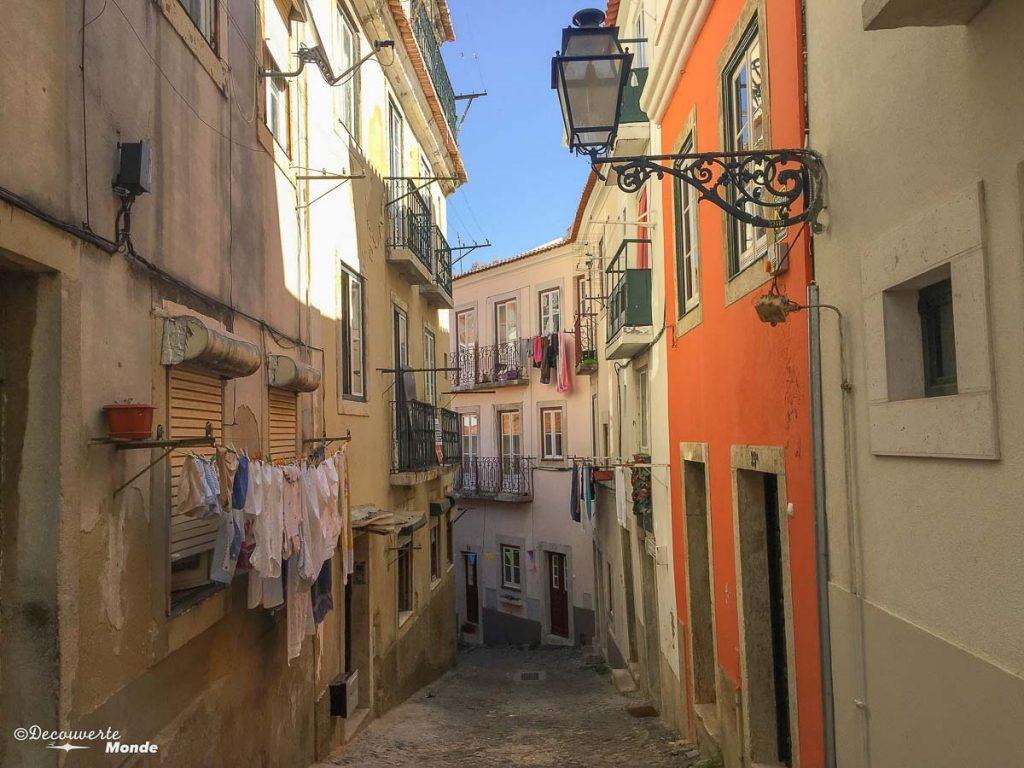 Où aller au Portugal : Mon itinéraire pour visiter le Portugal en 7 jours. Ici dans les rues d'Alfama. Retrouvez l'article ici: https://www.decouvertemonde.com/ou-aller-au-portugal-itineraire-visiter-7jours