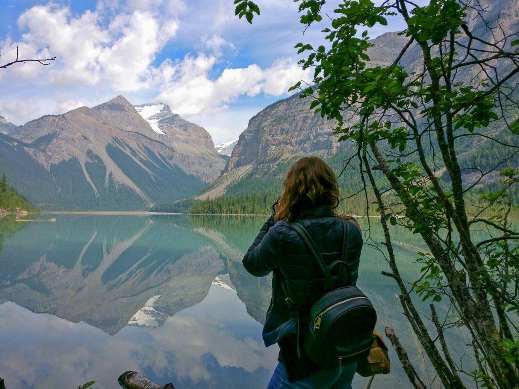 16 accessoires voyage préférés de voyageurs. Ici Caroline et son appareil photo. Retrouvez l'article ici: https://www.decouvertemonde.com/accessoires-voyage-preferes-de-voyageurs/