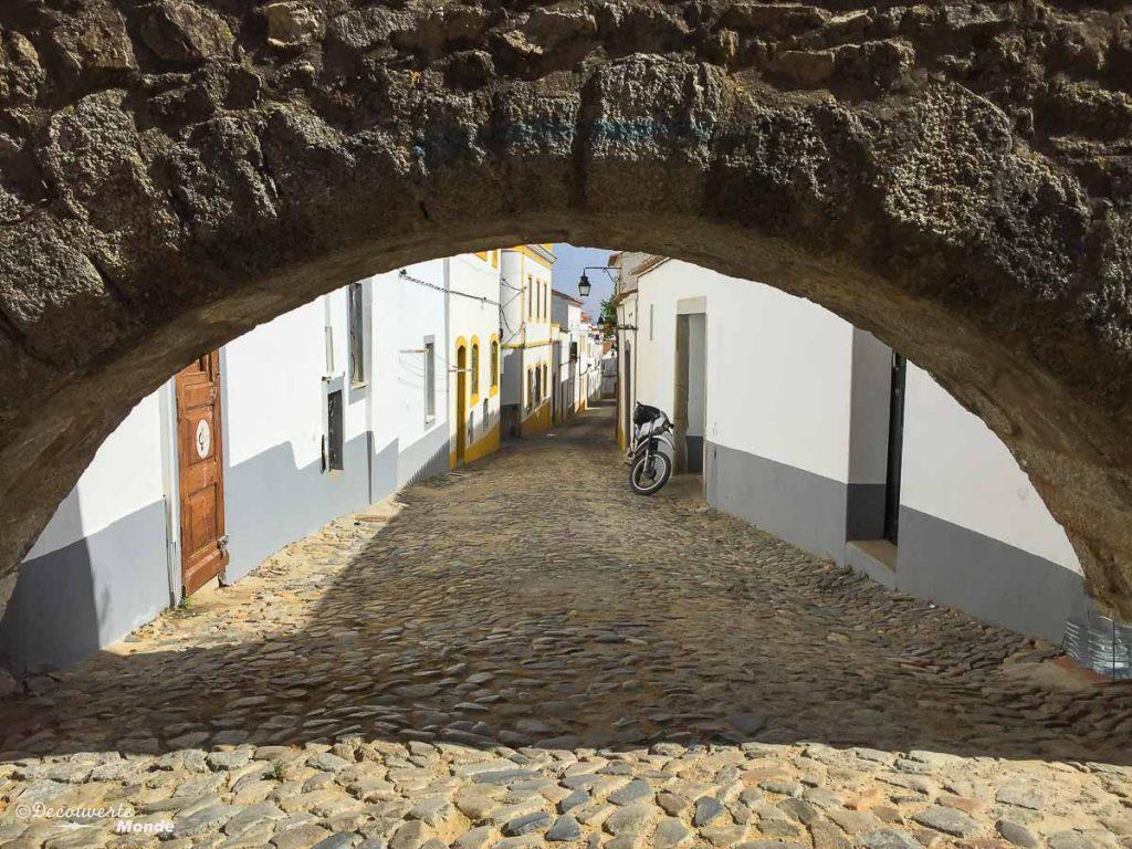 Où aller au Portugal : Mon itinéraire pour visiter le Portugal en 7 jours. Ici le pont aqueduc d'Evora. Retrouvez l'article ici: https://www.decouvertemonde.com/ou-aller-au-portugal-itineraire-visiter-7jours