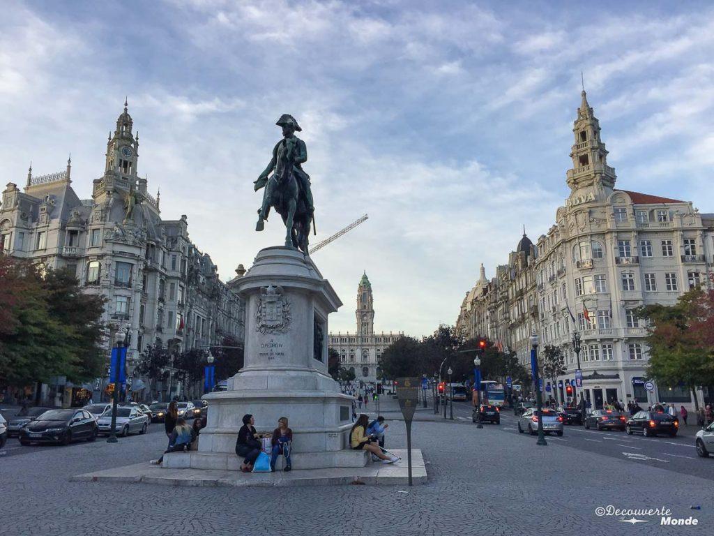 Où aller au Portugal : Mon itinéraire pour visiter le Portugal en 7 jours. Ici l'avenue des alliés à Porto. Retrouvez l'article ici: https://www.decouvertemonde.com/ou-aller-au-portugal-itineraire-visiter-7jours