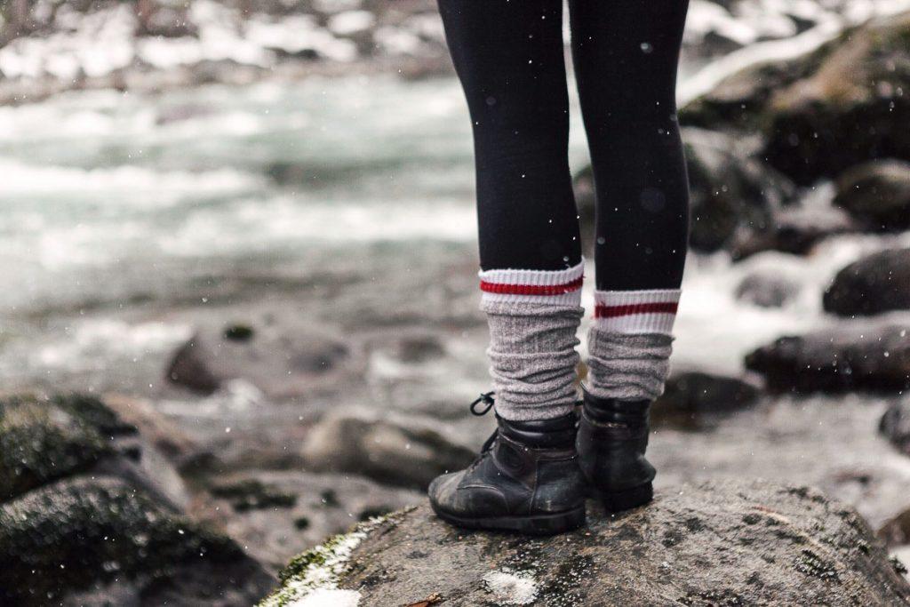 16 accessoires voyage préférés de voyageurs. Ici les bas de laine de Sharone. Retrouvez l'article ici: https://www.decouvertemonde.com/accessoires-voyage-preferes-de-voyageurs/