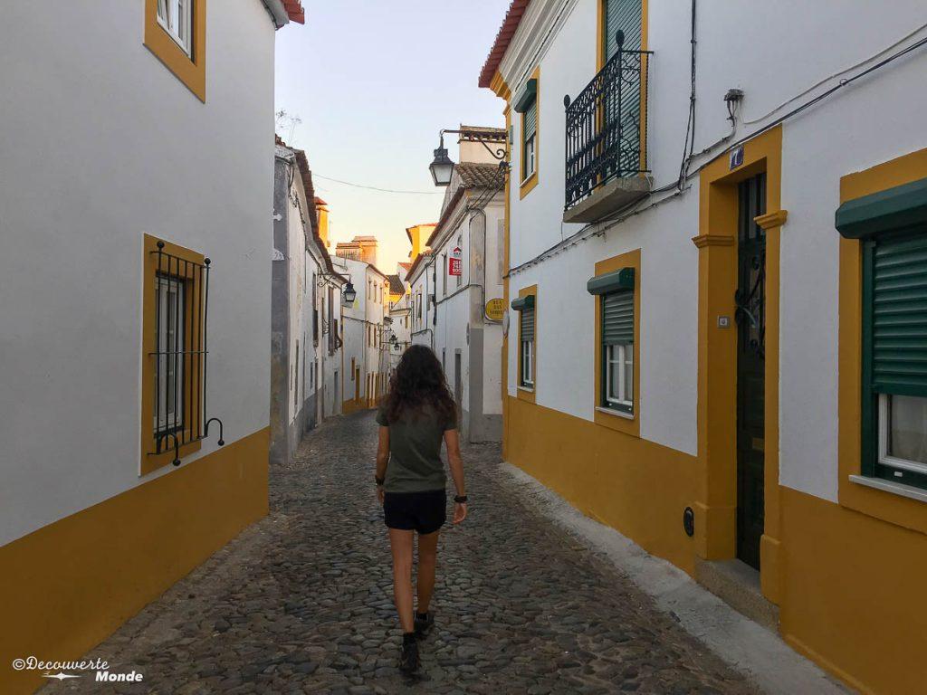 Où aller au Portugal : Mon itinéraire pour visiter le Portugal en 7 jours. Ici balade dans les rues d'Evora. Retrouvez l'article ici: https://www.decouvertemonde.com/ou-aller-au-portugal-itineraire-visiter-7jours