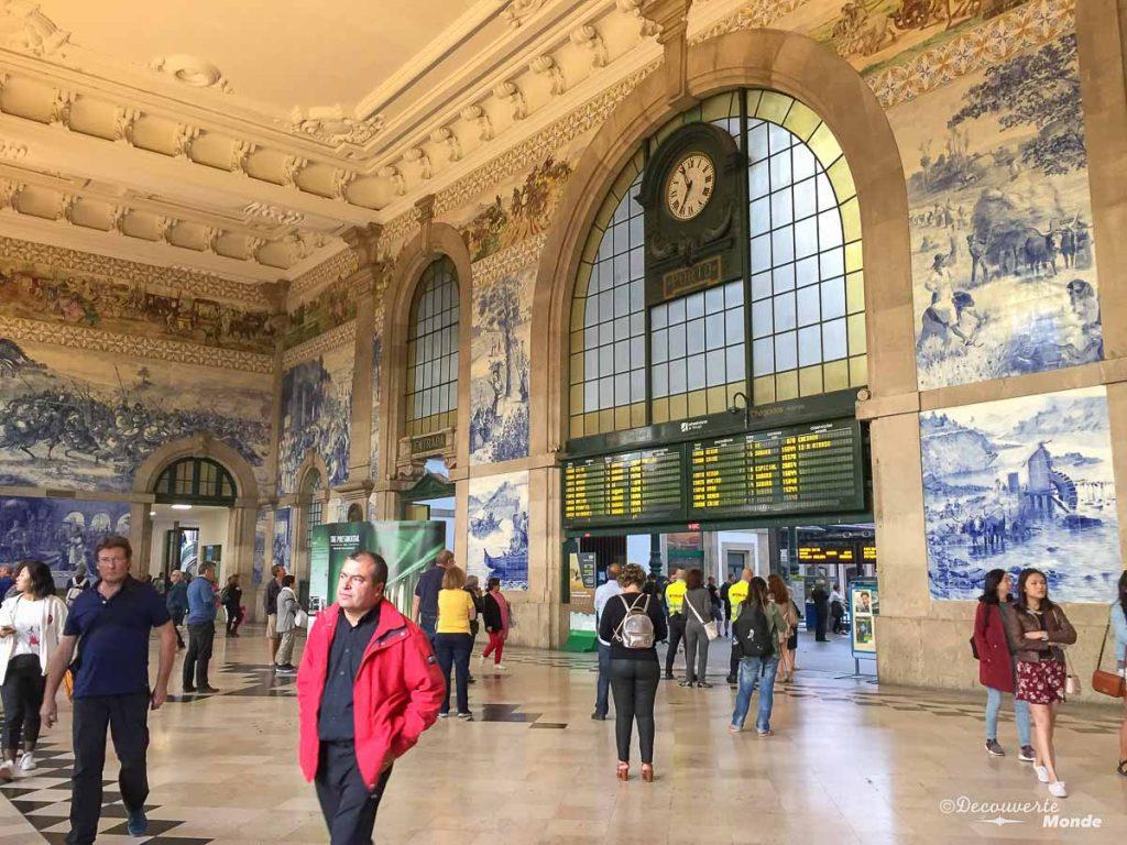 Où aller au Portugal : Mon itinéraire pour visiter le Portugal en 7 jours. Ici à la gare Sao Bento à Porto. Retrouvez l'article ici: https://www.decouvertemonde.com/ou-aller-au-portugal-itineraire-visiter-7jours