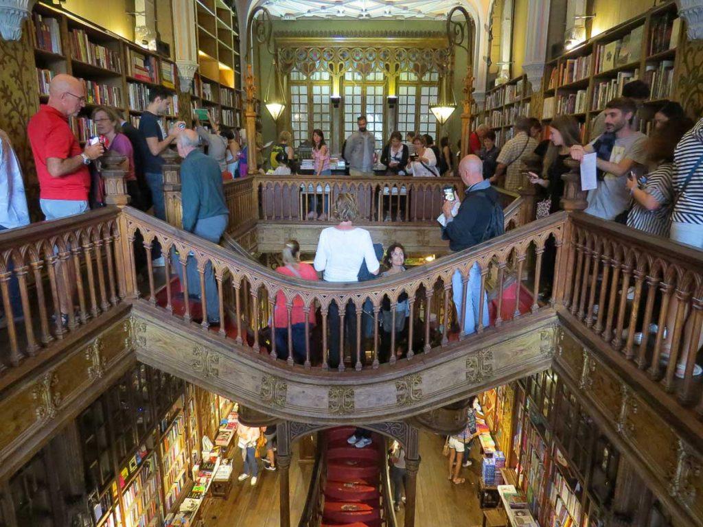 Où aller au Portugal : Mon itinéraire pour visiter le Portugal en 7 jours. Ici à la librairie Lello à Porto. Retrouvez l'article ici: https://www.decouvertemonde.com/ou-aller-au-portugal-itineraire-visiter-7jours
