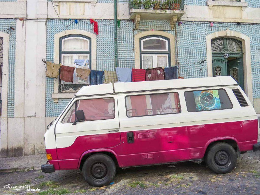 Où aller au Portugal : Mon itinéraire pour visiter le Portugal en 7 jours. Ici dans les rues du quartier Alfama à Lisbonne. Retrouvez l'article ici: https://www.decouvertemonde.com/ou-aller-au-portugal-itineraire-visiter-7jours