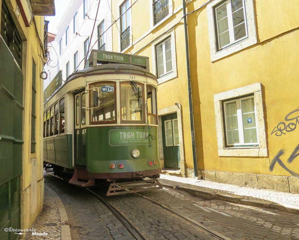 Où aller au Portugal : Mon itinéraire pour visiter le Portugal en 7 jours. Ici un tramway dans les rues de Lisbonne. Retrouvez l'article ici: https://www.decouvertemonde.com/ou-aller-au-portugal-itineraire-visiter-7jours