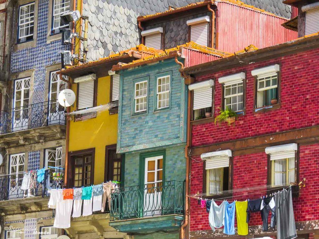 Où aller au Portugal : Mon itinéraire pour visiter le Portugal en 7 jours. Ici dans le quartier Ribeira à Porto. Retrouvez l'article ici: https://www.decouvertemonde.com/ou-aller-au-portugal-itineraire-visiter-7jours