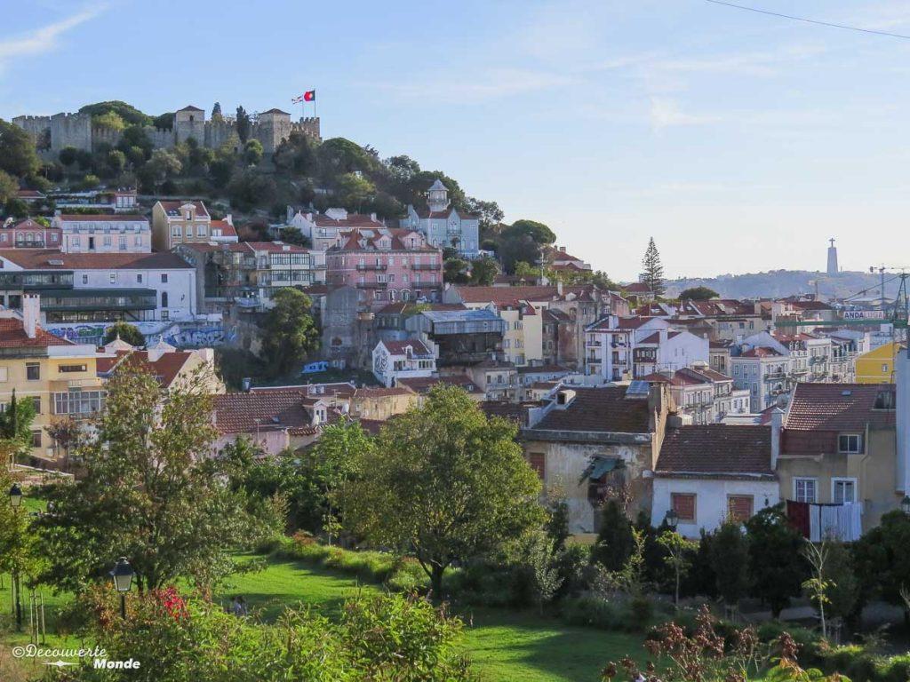 Où aller au Portugal : Mon itinéraire pour visiter le Portugal en 7 jours. Ici vue sur le château du miradouro du Cerca da Graça. Retrouvez l'article ici: https://www.decouvertemonde.com/ou-aller-au-portugal-itineraire-visiter-7jours