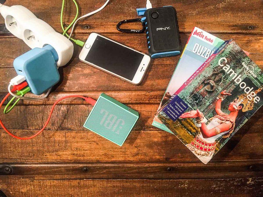 16 accessoires voyage préférés de voyageurs. Ici la prise multi-ports USB de Rattana. Retrouvez l'article ici: https://www.decouvertemonde.com/accessoires-voyage-preferes-de-voyageurs/