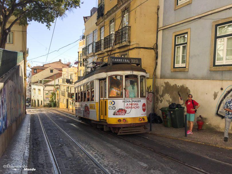Où aller au Portugal : Mon itinéraire pour visiter le Portugal en 7 jours. Ici tramway dans les rues de Lisbonne. Retrouvez l'article ici: https://www.decouvertemonde.com/ou-aller-au-portugal-itineraire-visiter-7jours