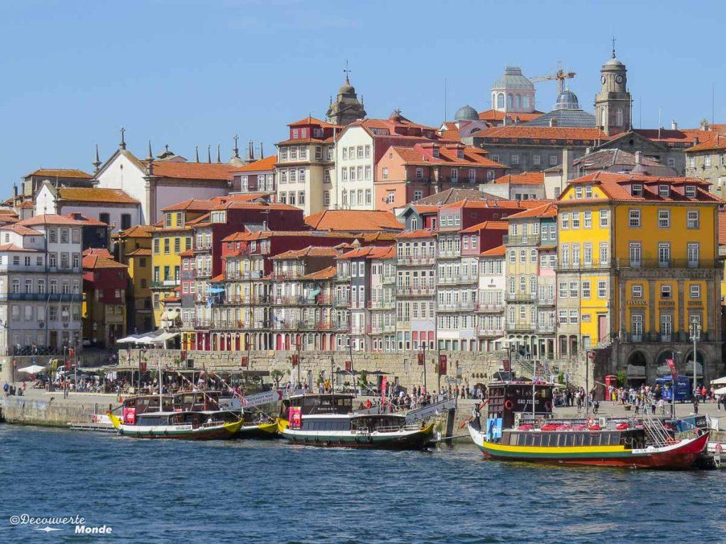 Où aller au Portugal : Mon itinéraire pour visiter le Portugal en 7 jours. Ici dans le quartier Ribeira en bord du Douro à Porto. Retrouvez l'article ici: https://www.decouvertemonde.com/ou-aller-au-portugal-itineraire-visiter-7jours