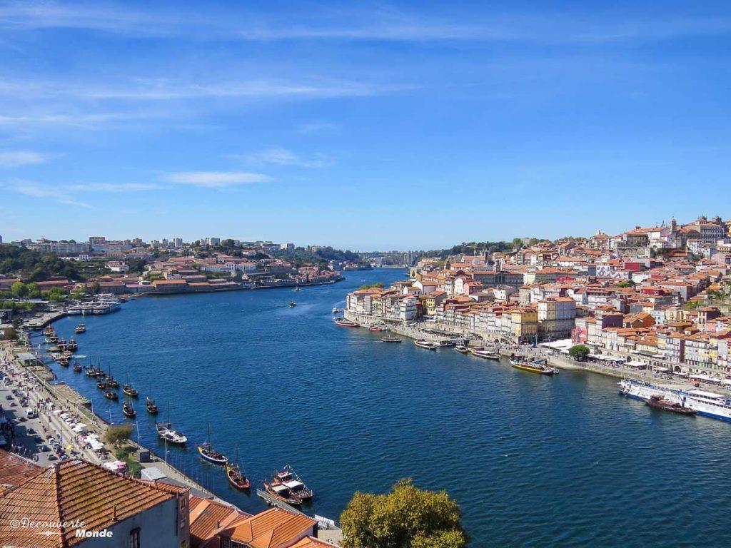Où aller au Portugal : Mon itinéraire pour visiter le Portugal en 7 jours. Ici l'image carte postale de Porto en bord du Douro. Retrouvez l'article ici: https://www.decouvertemonde.com/ou-aller-au-portugal-itineraire-visiter-7jours