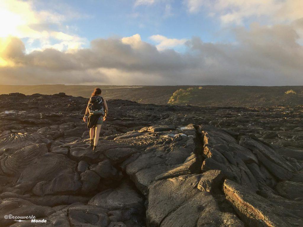 Big Island : Mon voyage de 10 jours sur la plus grande des îles d'Hawaii. Ici en randonnée pour rejoindre la coulée de lava active. Retrouvez l'article ici: https://www.decouvertemonde.com/big-island-voyage-iles-hawaii