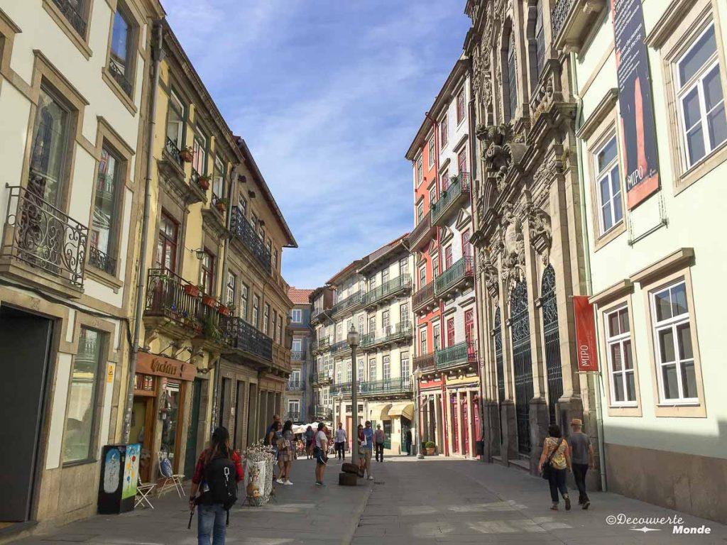 Où aller au Portugal : Mon itinéraire pour visiter le Portugal en 7 jours. Ici balade dans les rues de Porto. Retrouvez l'article ici: https://www.decouvertemonde.com/ou-aller-au-portugal-itineraire-visiter-7jours