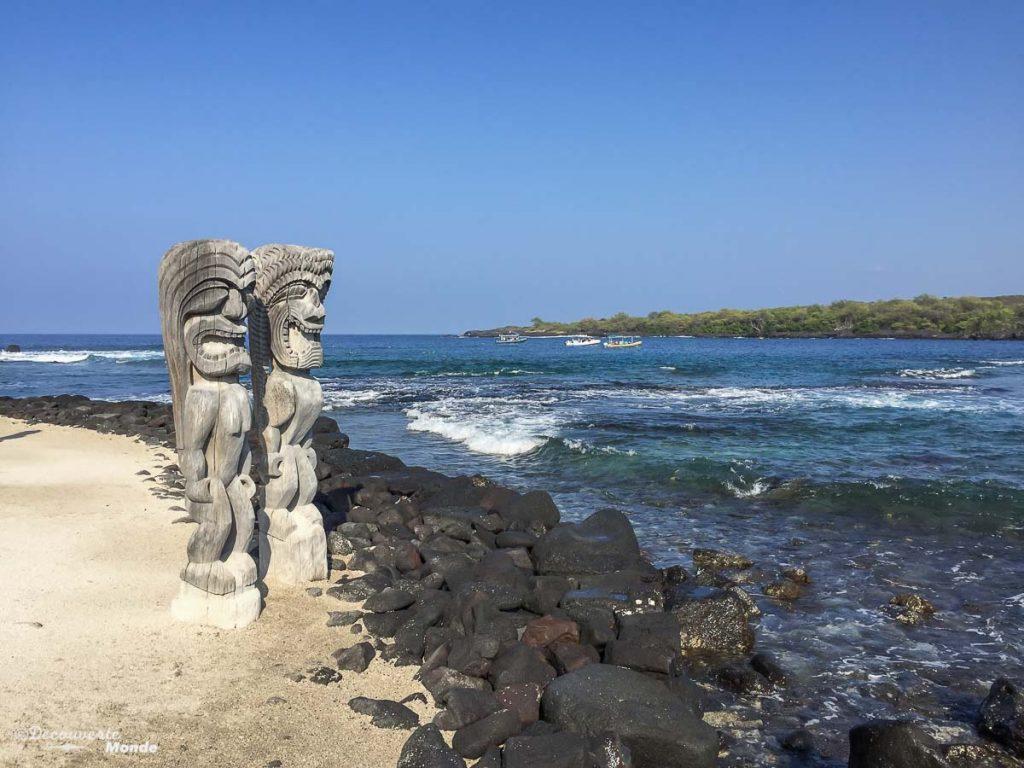 Big Island : Mon voyage de 10 jours sur la plus grande des îles d'Hawaii. Ici les statues de Pu'uhonua O Honaunau. Retrouvez l'article ici: https://www.decouvertemonde.com/big-island-voyage-iles-hawaii