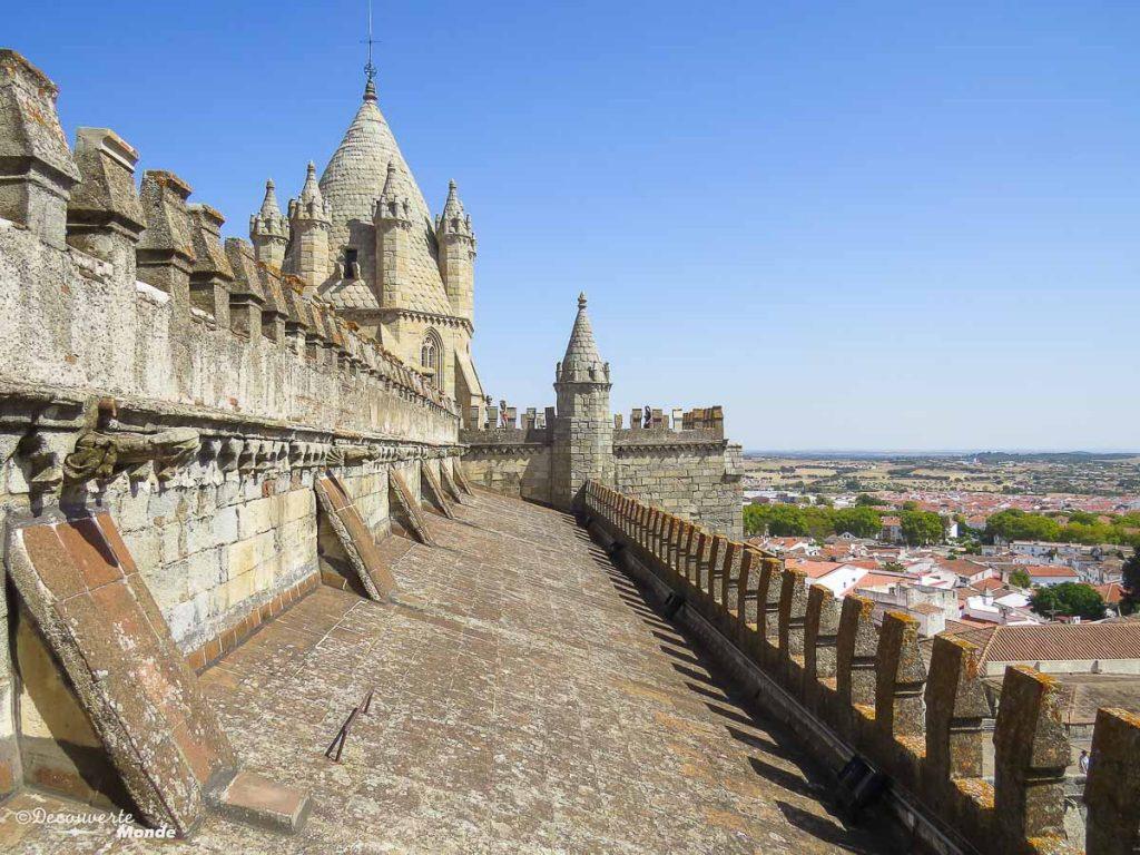 Où aller au Portugal : Mon itinéraire pour visiter le Portugal en 7 jours. Ici sur le toit de la cathédrale d'Evora. Retrouvez l'article ici: https://www.decouvertemonde.com/ou-aller-au-portugal-itineraire-visiter-7jours