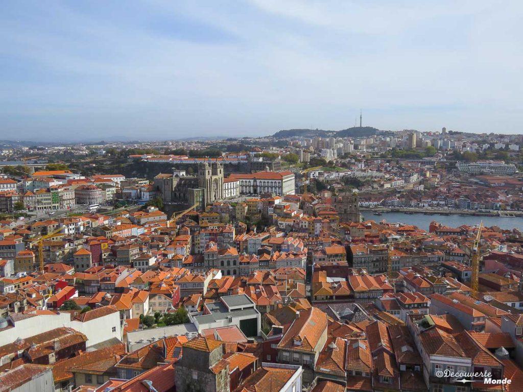 Où aller au Portugal : Mon itinéraire pour visiter le Portugal en 7 jours. Ici la vue sur Porto de la Tour des Clers. Retrouvez l'article ici: https://www.decouvertemonde.com/ou-aller-au-portugal-itineraire-visiter-7jours