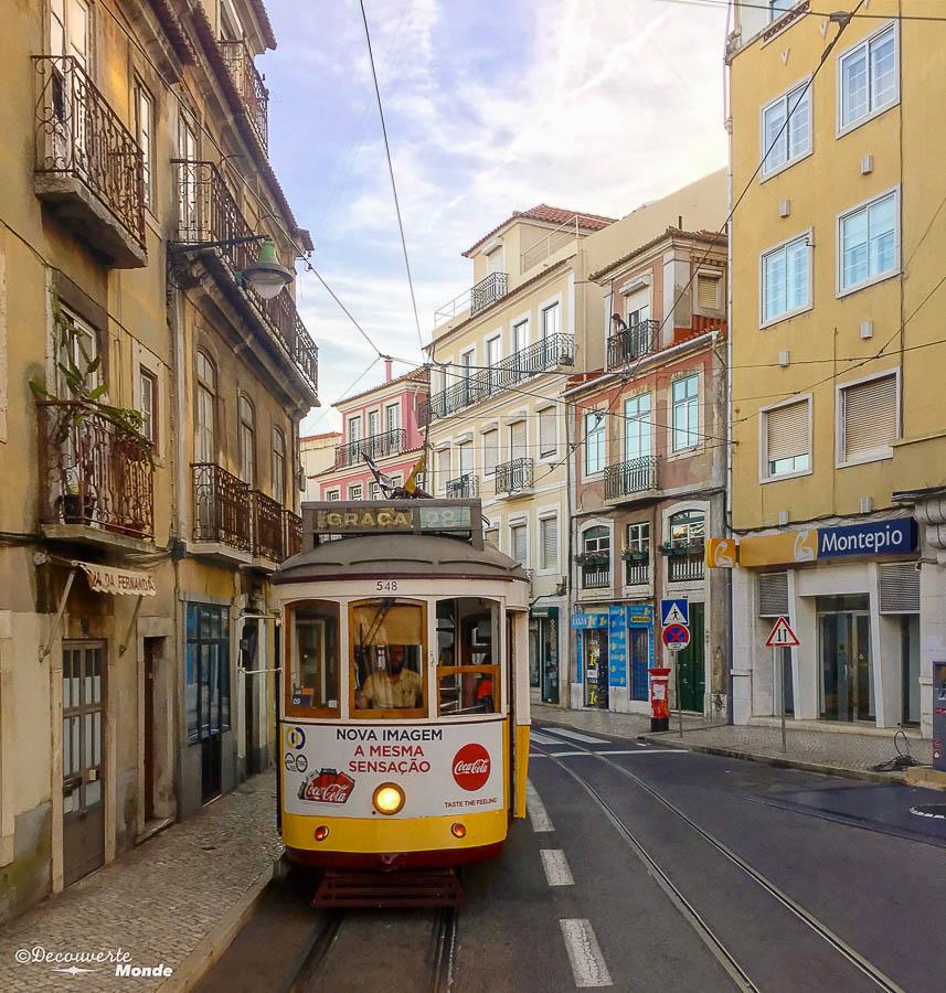 Où aller au Portugal : Mon itinéraire pour visiter le Portugal en 7 jours. Ici un tramway de Lisbonne. Retrouvez l'article ici: https://www.decouvertemonde.com/ou-aller-au-portugal-itineraire-visiter-7jours