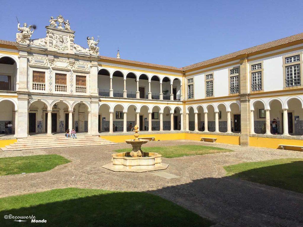 Où aller au Portugal : Mon itinéraire pour visiter le Portugal en 7 jours. Ici à l'université d'Evora. Retrouvez l'article ici: https://www.decouvertemonde.com/ou-aller-au-portugal-itineraire-visiter-7jours