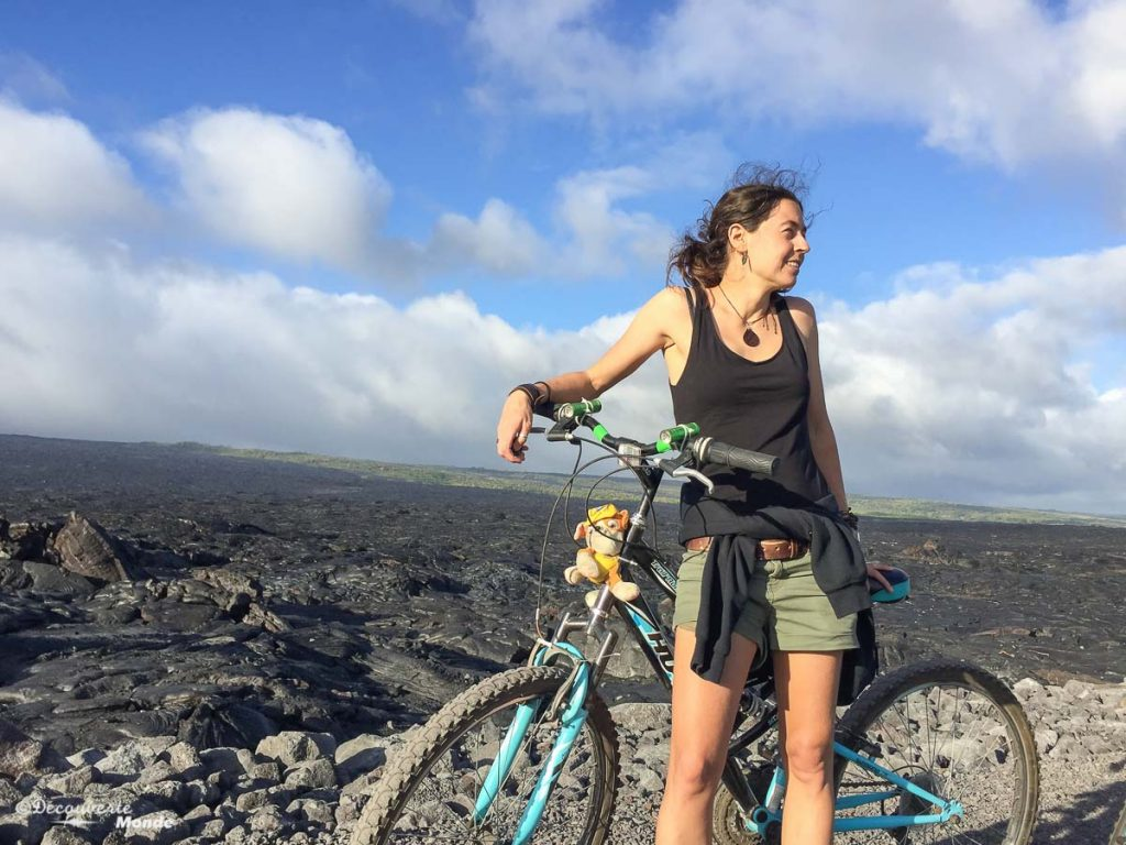 Big Island : Mon voyage de 10 jours sur la plus grande des îles d'Hawaii. Ici en vélo pour rejoindre le lava flow. Retrouvez l'article ici: https://www.decouvertemonde.com/big-island-voyage-iles-hawaii