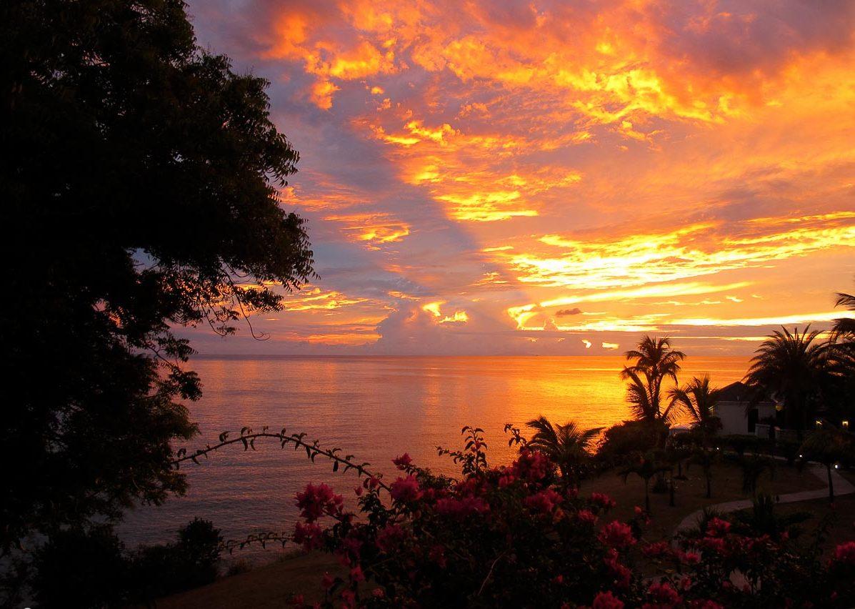 Îles des Caraïbes à visiter en 10 coups de coeur. Ici coucher de soleil de feu à Antigua. Retrouvez l'article ici: https://www.decouvertemonde.com/iles-des-caraibes-a-visiter