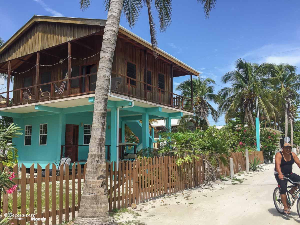 Îles des Caraïbes à visiter en 10 coups de coeur. Ici les maisons colorées de Caye Caulker au Bélize. Retrouvez l'article ici: https://www.decouvertemonde.com/iles-des-caraibes-a-visiter