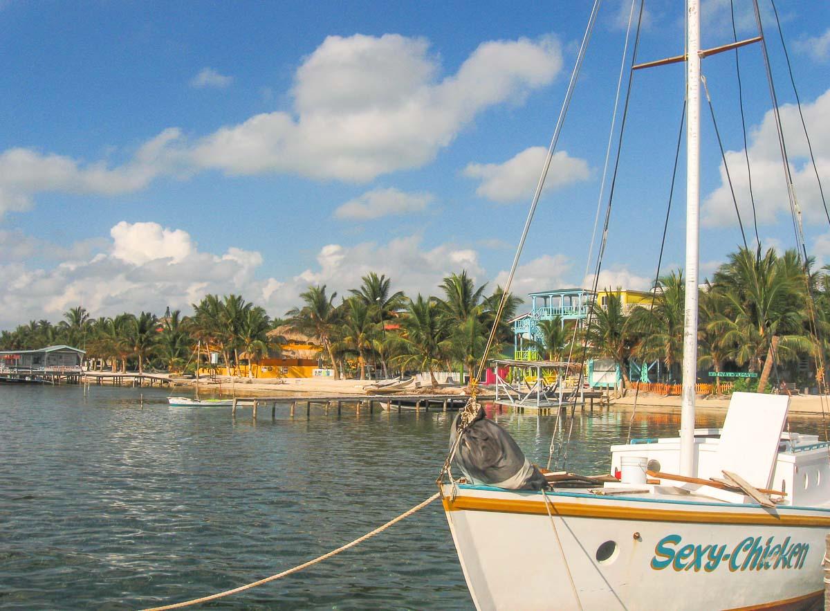 Îles des Caraïbes à visiter en 10 coups de coeur. Ici l'île de Caye Caulker au Bélize. Retrouvez l'article ici: https://www.decouvertemonde.com/iles-des-caraibes-a-visiter