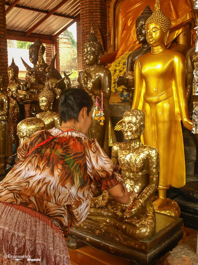 Cérémonie au Wat Yai Chai Mongkon, un temple à visiter à Ayutthaya en Thaïlande. Photo tirée de mon article Ayutthaya en Thaïlande : 6 principaux temples d'Ayutthaya à voir et visiter. #ayutthaya #unesco #thailande #asie #asiedusudest #voyage #ruine #bouddhisme