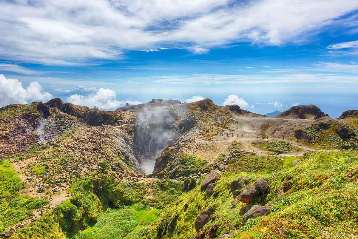 Îles des Caraïbes à visiter en 10 coups de coeur. Ici la Soufrière en Guadeloupe. Retrouvez l'article ici: https://www.decouvertemonde.com/iles-des-caraibes-a-visiter