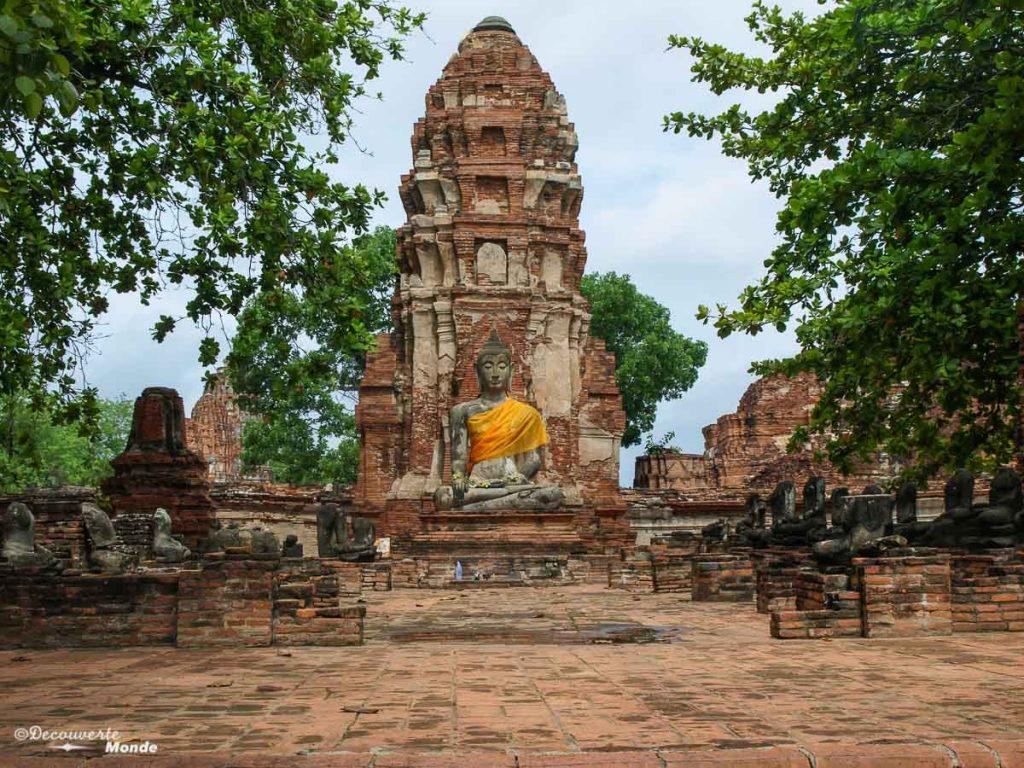 Le Wat Mahathat, un temple à visiter à Ayutthaya en Thaïlande. Photo tirée de mon article Ayutthaya en Thaïlande : 6 principaux temples d'Ayutthaya à voir et visiter. #ayutthaya #unesco #thailande #asie #asiedusudest #voyage #ruine #bouddhisme