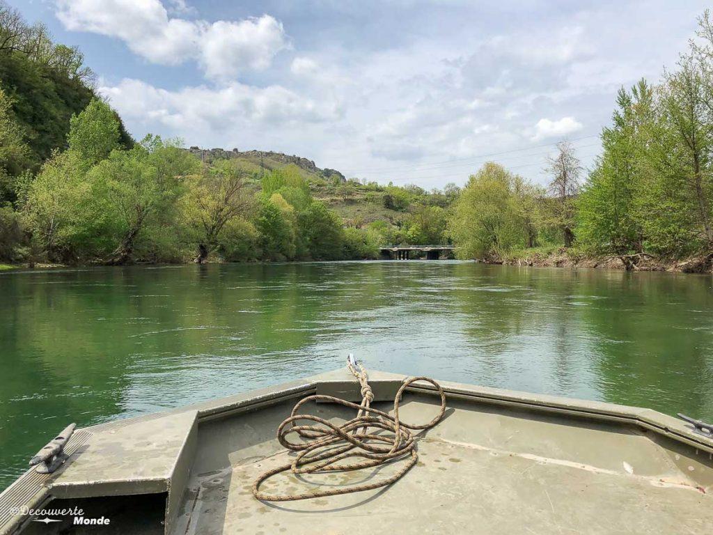 En barque sur le Tarn, une activité à faire à Millau en Aveyron. Photo tirée de mon article Visiter l'Aveyron en France : Que faire autour de Millau le temps d'un week-end #aveyron #france #millau #tarn #europe #voyage #fleuve