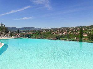 La piscine du domaine Saint-Esteve, un endroit où dormir à Millau en Aveyron. Photo tirée de mon article Visiter l'Aveyron en France : Que faire autour de Millau le temps d'un week-end #aveyron #france #millau #domainesainteesteve #europe #voyage #piscine