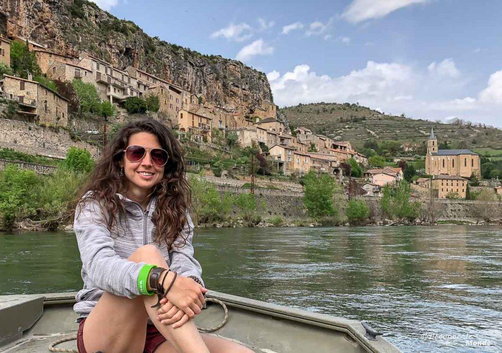 Vue sur le village de Peyre en barque sur le Tarn à Millau en Aveyron. Photo tirée de mon article Visiter l'Aveyron en France : Que faire autour de Millau le temps d'un week-end #aveyron #france #millau #tarn #europe #voyage #peyre #villagedefrance