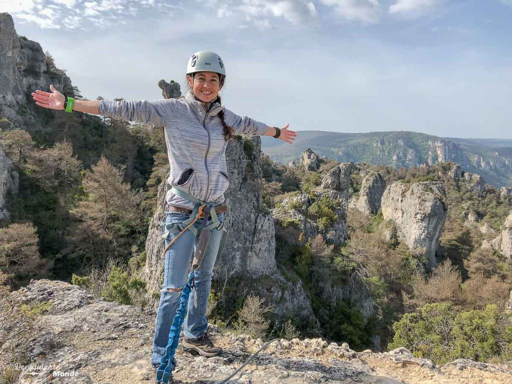 En via ferrata dans le Causse Noir, une activité à faire à Millau en Aveyron. Photo tirée de mon article Visiter l'Aveyron en France : Que faire autour de Millau le temps d'un week-end #aveyron #france #millau #viaferrata #europe #voyage #outdoor #caussenoir