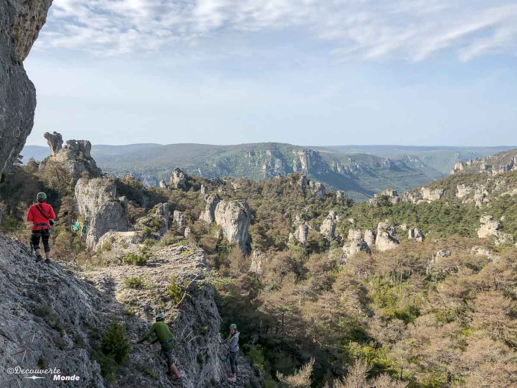 En via ferrata au Vieux-Montpellier dans le Causse Noir, une activité à faire à Millau en Aveyron. Photo tirée de mon article Visiter l'Aveyron en France : Que faire autour de Millau le temps d'un week-end #aveyron #france #millau #viaferrata #europe #voyage #outdoor #caussenoir