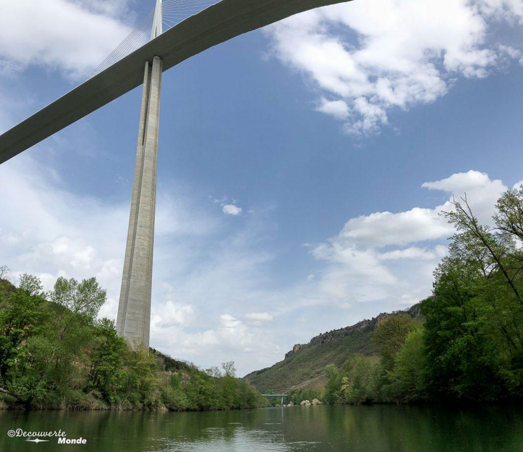 Vue de la barque du viaduc de Millau, une chose à faire et à visiter dans l'Aveyron. Photo tirée de mon article Visiter l'Aveyron en France : Que faire autour de Millau le temps d'un week-end #aveyron #france #millau #viaducdemillau #europe #voyage #pont #viaduc