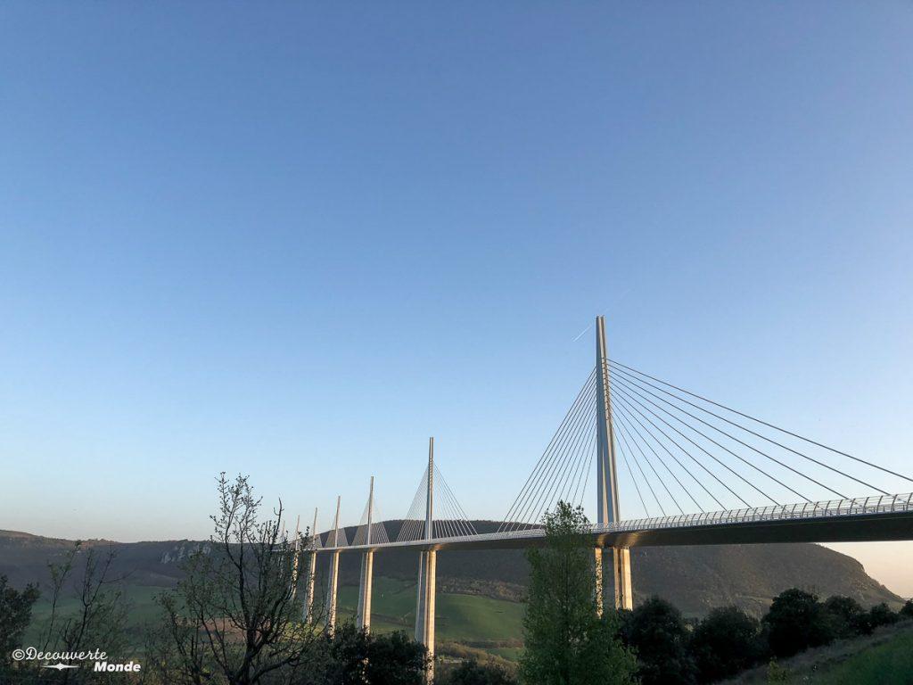 Vue du viaduc de Millau, une chose à faire et à visiter dans l'Aveyron. Photo tirée de mon article Visiter l'Aveyron en France : Que faire autour de Millau le temps d'un week-end #aveyron #france #millau #viaducdemillau #europe #voyage #pont #viaduc