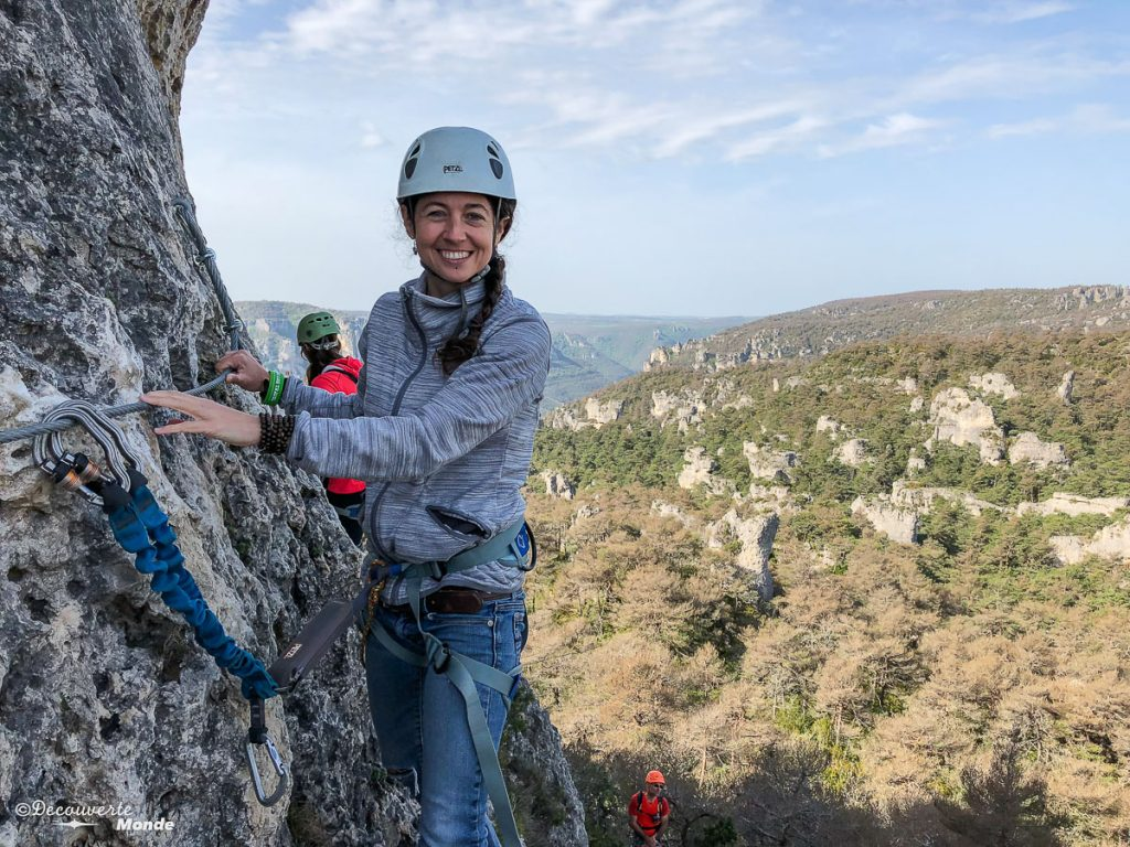 Pour visiter l'Aveyron, faire de la via ferrata au Vieux-Montpellier dans le Causse Noir. Photo tirée de mon article Visiter l'Aveyron en France : Que faire autour de Millau le temps d'un week-end #aveyron #france #millau #viaferrata #europe #voyage #outdoor #caussenoir