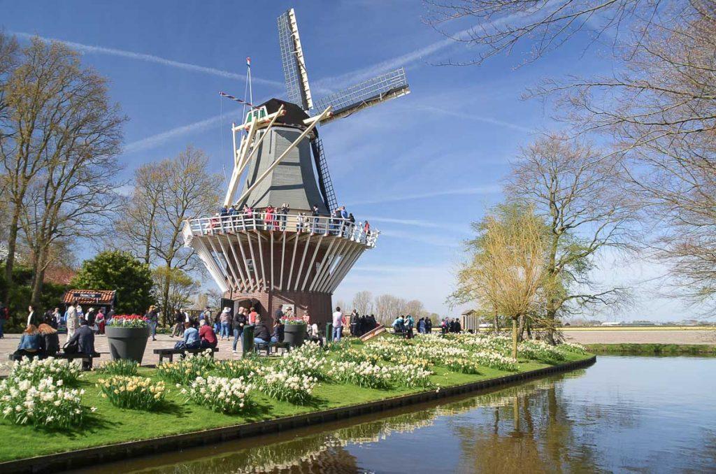Les moulins de Zaanse Schans, à visiter à vélo à Amsterdam. Photo tirée de mon article Visiter Amsterdam : Que faire et voir dans cette ville le temps d'un week-end. #amsterdam #paysbas #europe #voyage #moulin #citytrip