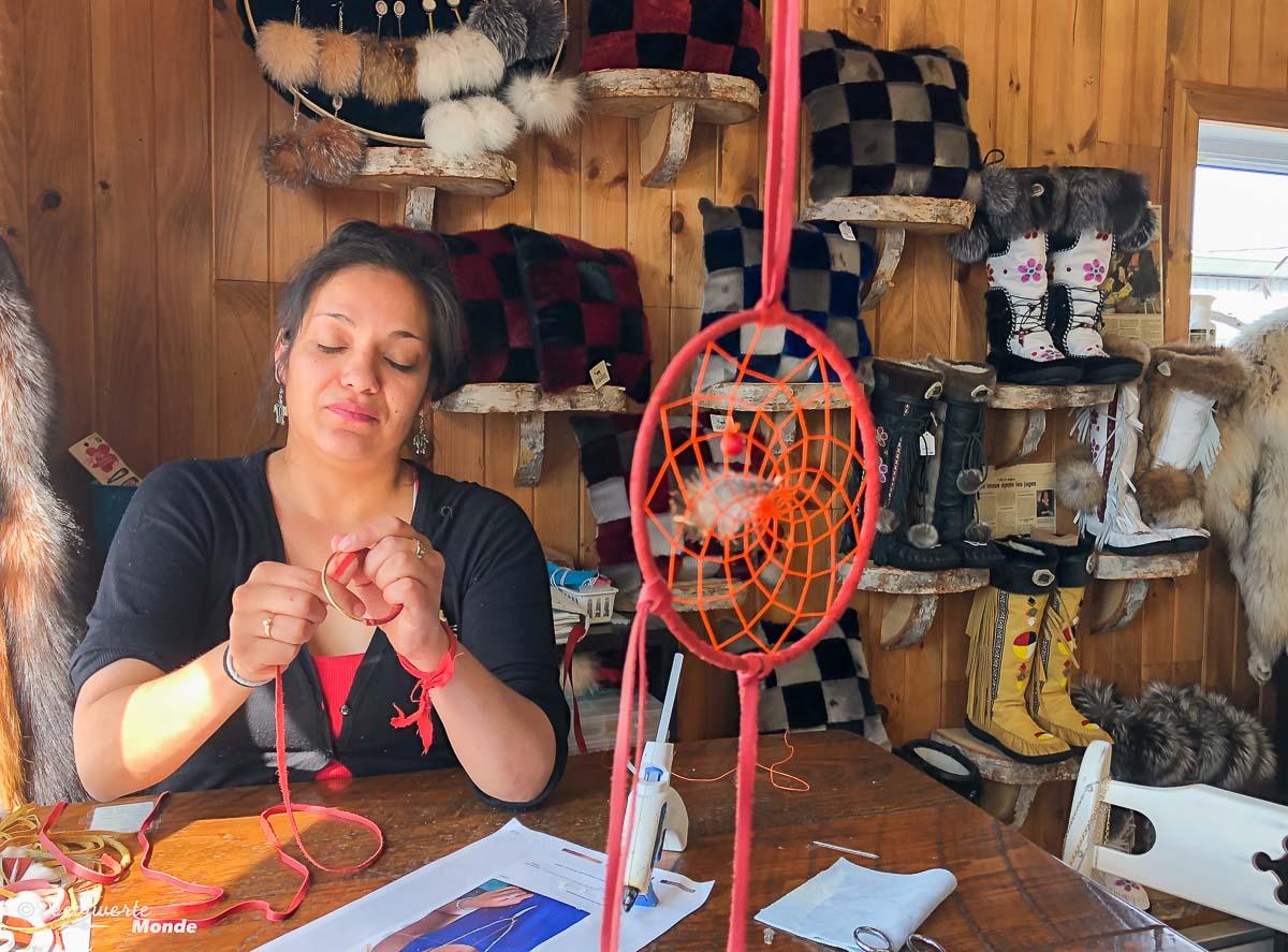 Fabrication artisanale au complexe innu Agara à Sept-îles. Photo tirée de mon article Quoi faire à Sept-Îles au Québec : Voyage et tourisme sur la Côte-Nord. #septiles #cotenord #quebec #voyage #quebecoriginal #explorecanada #canada