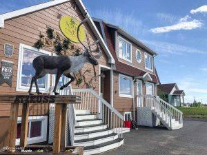 La boutique artisanale et hôtel du complexe innu Agara à Sept-îles. Photo tirée de mon article Quoi faire à Sept-Îles au Québec : Voyage et tourisme sur la Côte-Nord. #septiles #cotenord #quebec #voyage #quebecoriginal #explorecanada #canada